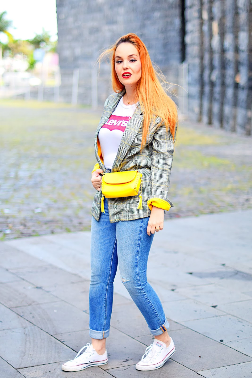 levi´s, nery hdez, converse, look de diario, riñonera, bolso amarillo