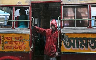 Συνέλαβαν επιβάτη λεωφορείου επειδή... μύριζαν τα πόδια του!