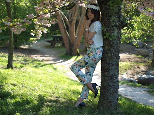 couronne fleur blouse blanc blanche dentelle pantalon fleuri zara mango escarpins bleu sac new look montre marc jacobs manchette hipanema