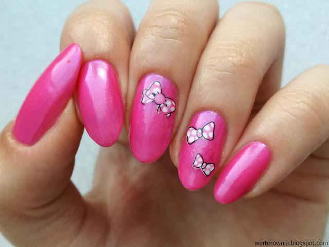 różowe paznokcie w kokardki
