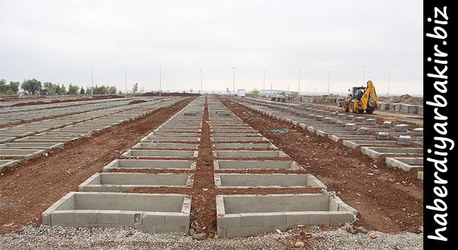 DİYARBAKIR- Diyarbakır Büyükşehir Belediyesi tarafından, kentin en büyük mezarlığı olan Yeniköy Asri Mezarlığında kapasitenin dolması nedeniyle yeni mezarlık alanı oluşturuldu.