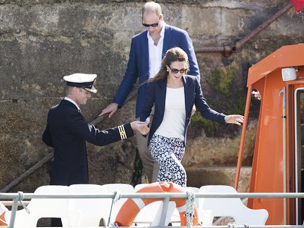 Kate Middleton wore SMYTHE One Button Blazer, and GAP Bi-stretch-Skinny Ankle Pants, Sebago Bala Boat Shoes, style fashions