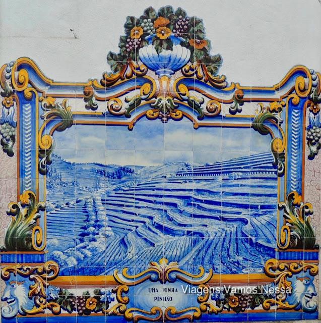 Painel de azulejo da Estação Ferroviária de Pinhão, retrata a paisagem vinhateira do Vale do Douro