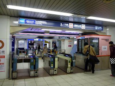 Tornos de acceso al metro de Tokio