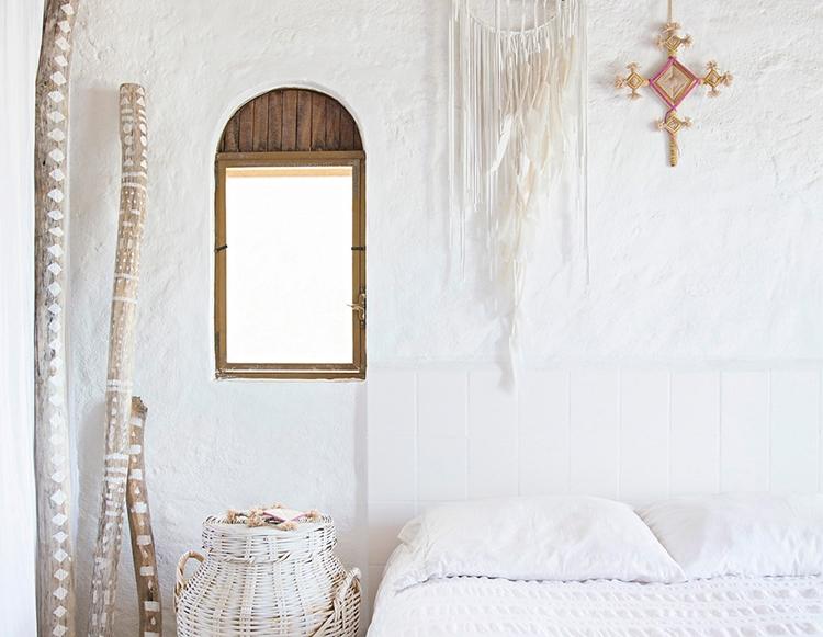 dormitorio-bohemio-estilo-nordico-palos-madera-decoracion-nordica-atrapasueños-cesta-ratan-cama-dormitorio-blanco