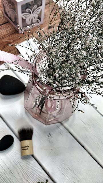 annabelle minerals | kosmetyki | kwiaty | wazon | pędzle