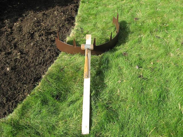 Tips til bruk av bedkanter på uteplassen rundt furua - den første bedkanten/ringen gjøres klar til bruk. Furulunden