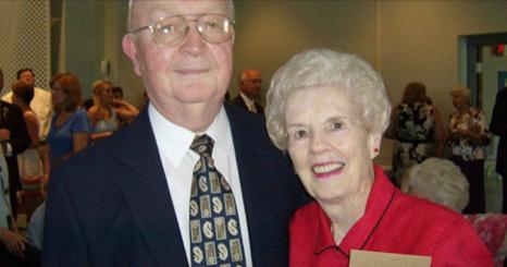 Sa femme meurt à l'âge de 83 ans. Lorsqu'il prend son chéquier quelques jours plus tard, il trouve quelque chose qui le touche profondément.