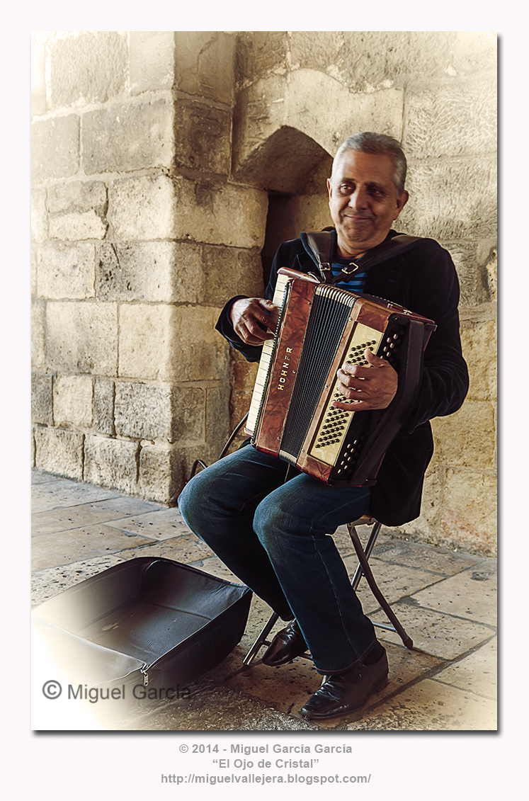 Música en la calle a ritmo de tango. Arco de Santa María, Burgos.