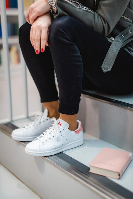 Bloggerin Jaci von Fashionblog Fleur et Fatale aus Stuttgart zeigt Outfit mit Sneaker