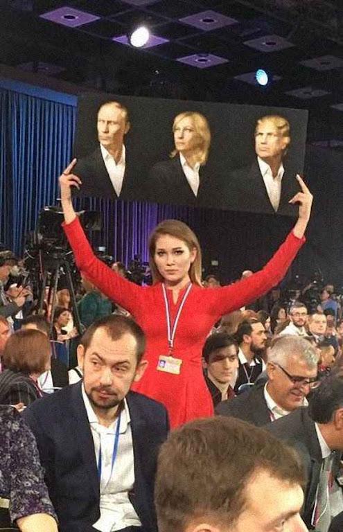 Trumpomania fabricada no Kremlin: em Moscu a ativista putinista Maria Katasonova durante entrevista de imprensa.
