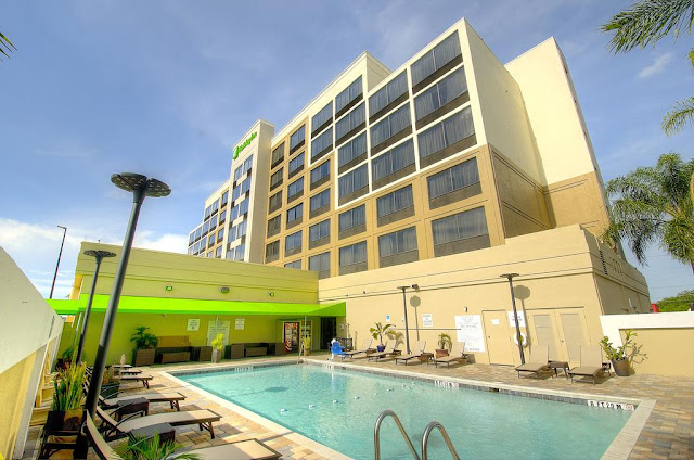 The Holiday Inn Orlando East-UCF Area Hotel is your personal retreat. Guests enjoy amenities including our outdoor pool, Fitness Center, 24-hour Business Center, and when it's time to dine you can enjoy first-class room service or a dining adventure at the Black & Gold Bar & Grill.