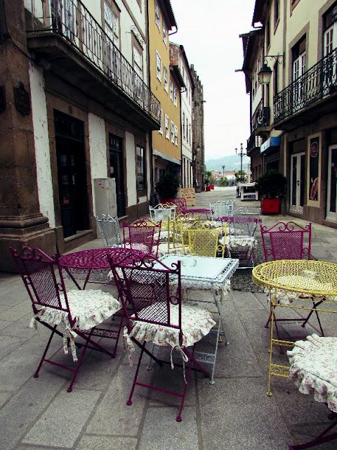 mesas e cadeiras numa esplanada num ruela em Ponte de Lima