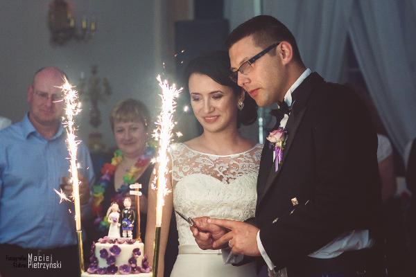 para młoda z tortem