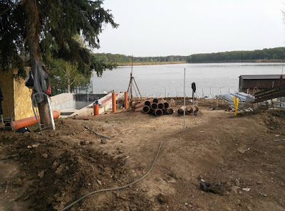 Constructie gradina pe mariginea lacului. Amenajare gradini constructie firma gradina in panta teren abrupt taluz drenaj piscina infinity pool ponton lac