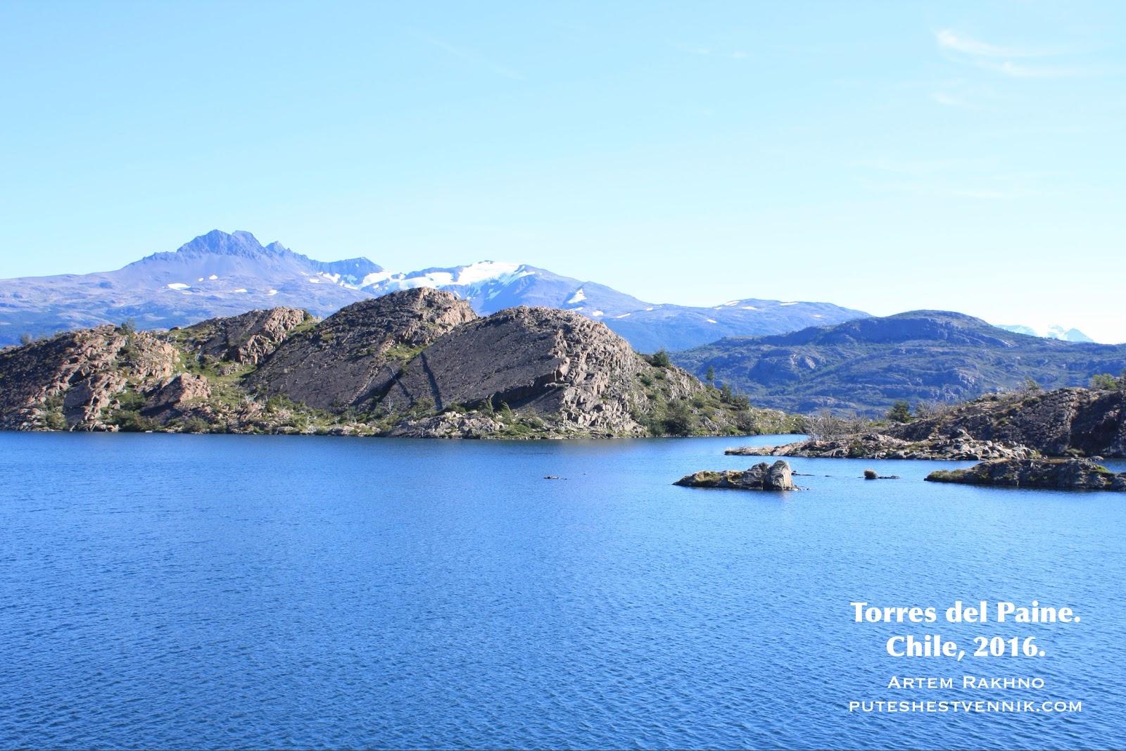 Скалы в озере в Торрес-дель-Пайне