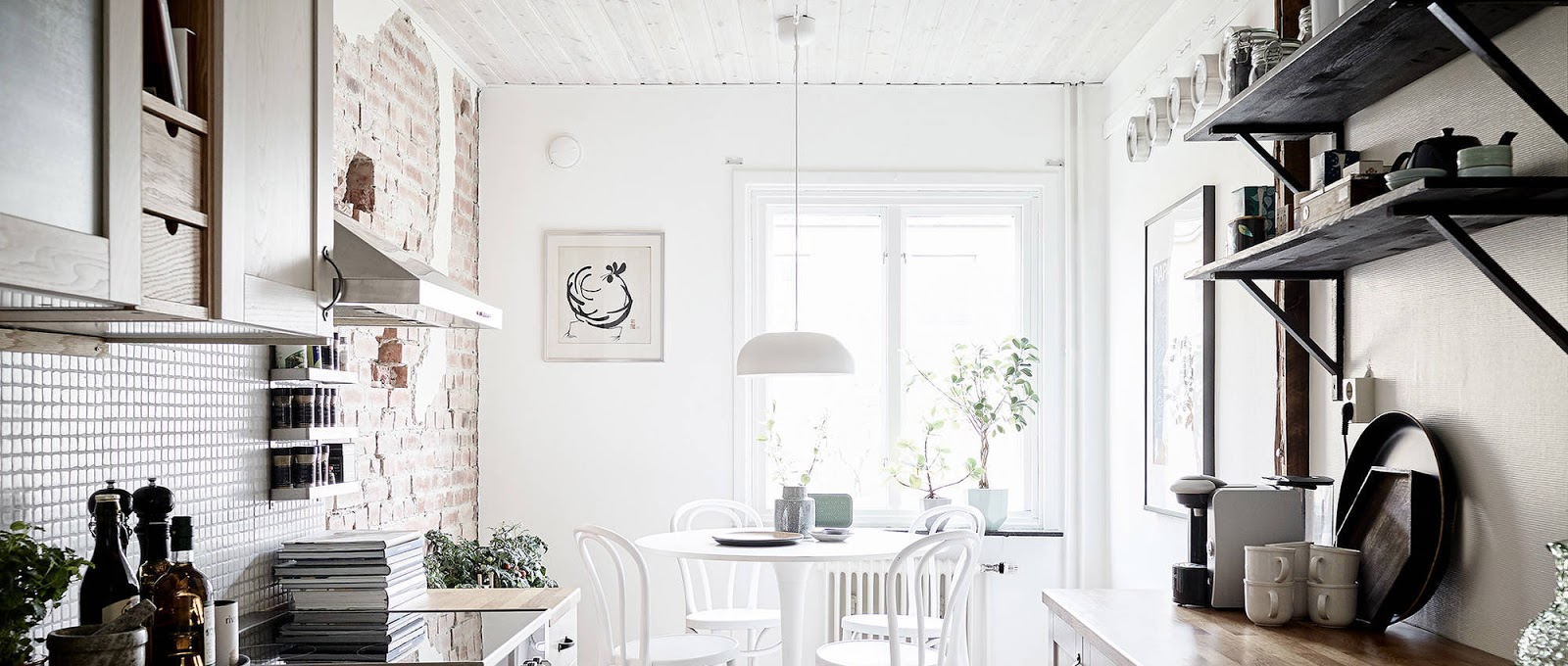 Simple bella e accogliente questa sala da pranzo con - Parete con mattoni a vista ...