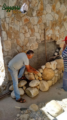 Bizzarri na parte da manhã no dia 12 de setembro de 2016, ajudando na construção de uma cascata de pedra com lago para carpas, com pedras do rio na sala de estar com o jardim de inverno com a parede de pedra. Residência em  condomínio em Atibaia-SP.
