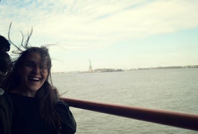 vista a la estatua de la libertad desde el ferry gratuito