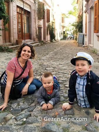 Çocuklarla Cunda sokaklarını dolaşırken, Ayvalık
