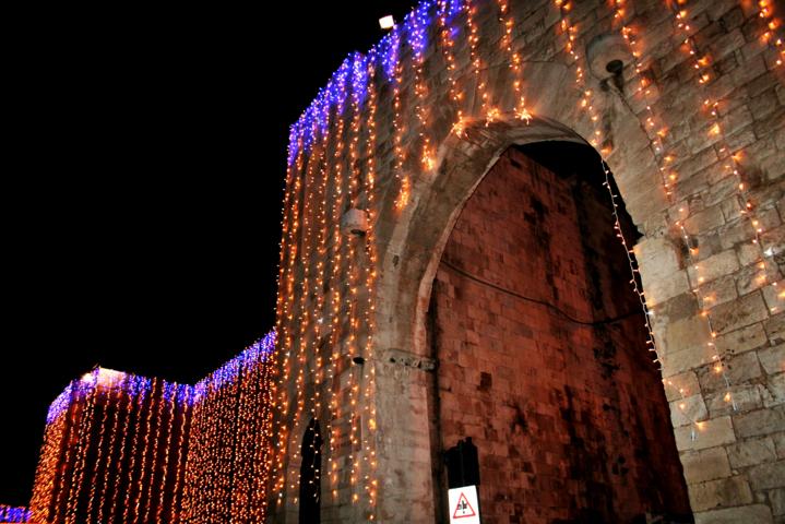 luci, luminarie, lampadine, monumento, basilica S. Nicola a Bari, Natale 2017, monumento