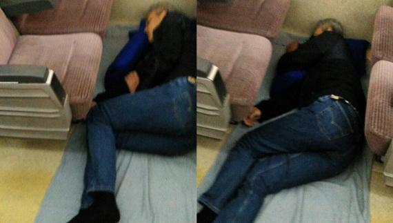 Jadi Viral, Gubernur Ini Tidur Pulas Di Lantai Kereta Api