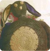 """Cojín """"Un conejo cariñoso"""" a Crochet"""