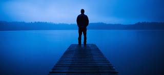 lelaki berdiri di dekat danau