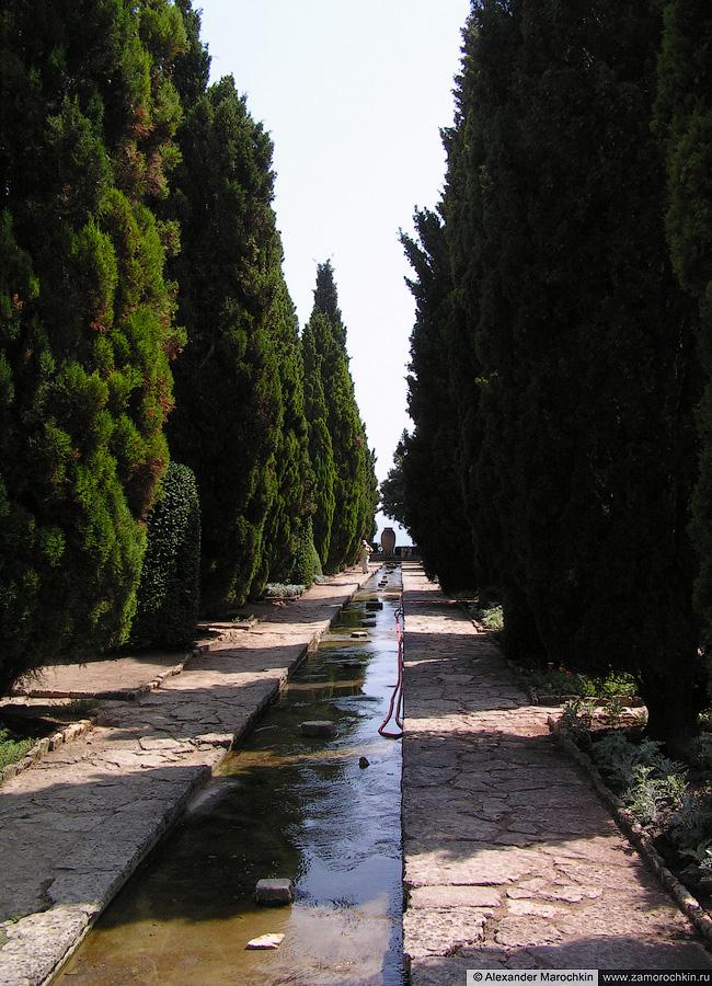 Кипарисовая аллея в ботаническом саду в Балчике