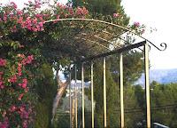 Pergola für einen Garten auf Mallorka mit Bougainvillea