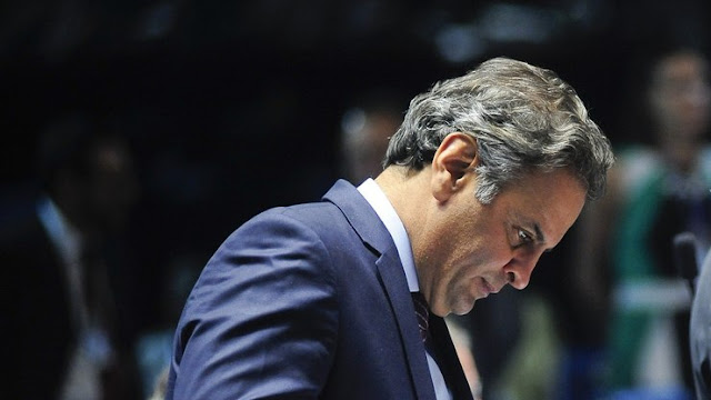 O ministro do STF (Supremo Tribunal Federal) Edson Fachin determinou o afastamento do senador Aécio Neves (PSDB) do cargo no legislativo, segundo o jornal O Estado de S. Paulo.
