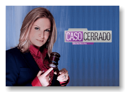 Ana María Polo González posando con un martillo de juez al lado del Logotipo de Caso cerrado