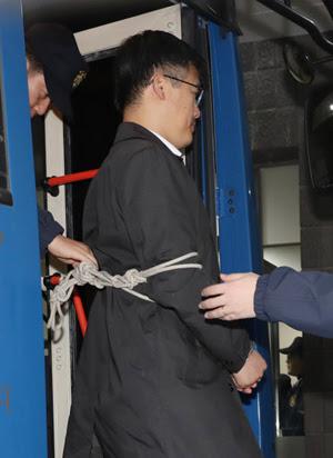 El político surcoreano Jeong Ho-seong atado