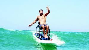 ο Αντώνης Τσαπατάκης δοκίμασε ακόμη και σερφ με το αναπηρικό αμαξίδιο.