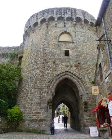 Calle de Jerzual cruzada por las murallas de Dinan.