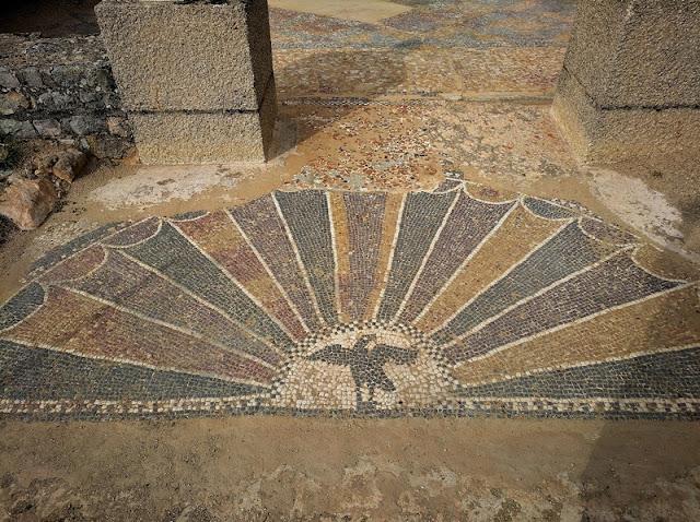 Mosaico de entrada en el Edificio Termas Los Arcos I de Clunia