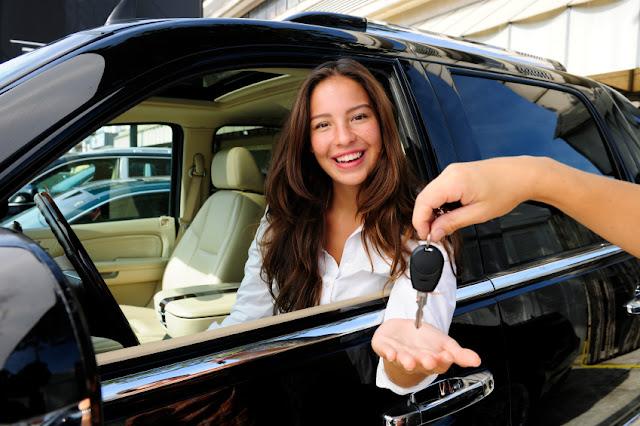 Mulher pegando chave do carro