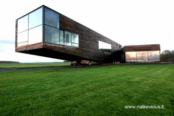 Residencia contemporánea con un ala volada en Lituania