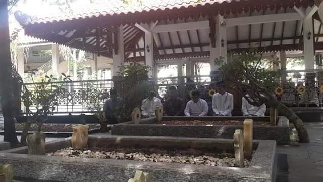 Sowan Tebuireng, UAS Berziarah Makam KH Hasyim Asy'ari dan Gus Dur