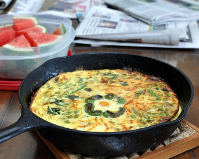 Green Pepper Frittata ♥ a riff on my master frittata recipe, perfect for late-summer breakfast. Low Carb. High Protein. Naturally Gluten Free. Weight Watchers PointsPlus 6. @ AVeggieVenture.com