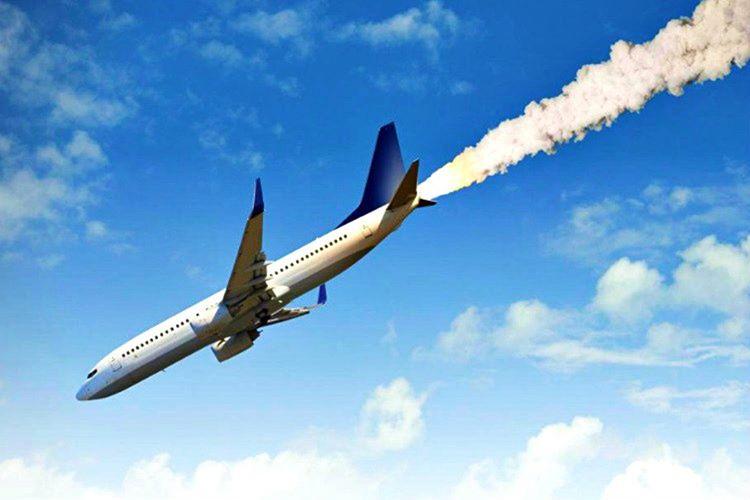 300 kilometre süratle irtifa kaybeden uçak hızla yere yaklaşıyordu, uçak sanki inmiyor düşüyor gibiydi.