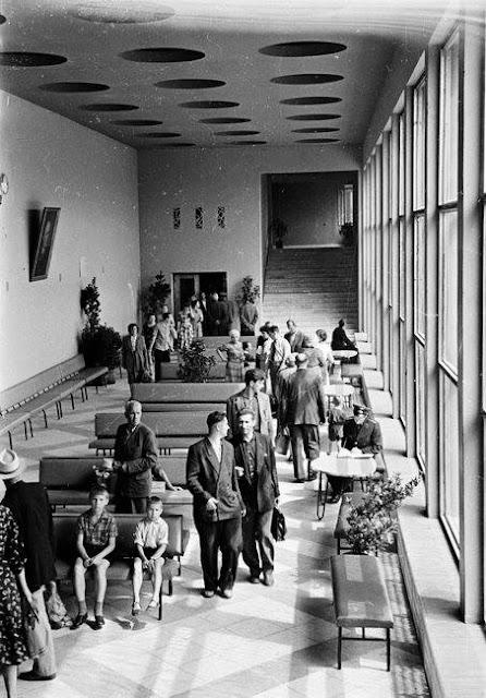 Внутренний интерьер здания Центрального ж/д вокзала (источник фото: Latvijas Valsts kinofotofonodokumentu arhīvs).