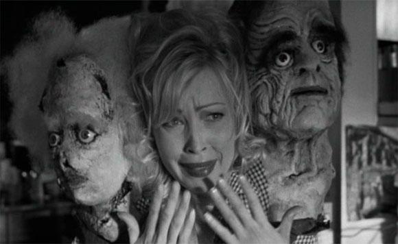 imagen de Betina Barnes en el papel de la camarera con tres cabezas de la película Psycho beach party
