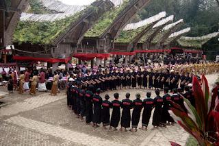 Tari-tarian Ma'badong Toraja
