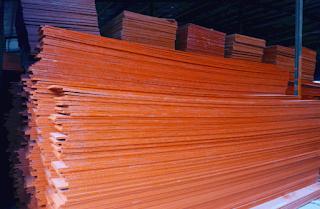 Ván ép cốp pha dài thường được sử dụng cho xây dựng đổ bê tông, lót sàn làm gác. Do đặc tính chịu nước, giá thành rẻ và có thể sử dụng luân chuyển được nhiều lần nên khi sử dụng sản phẩm của chúng tôi khách hàng sẽ tiết kiệm được rất nhiều chi phí và nhân công cho việc thi công các công trình. Ván ép cốp pha dài dùng trong xây dựng với thông số như sau:  Nguyên liệu: Gỗ điều Keo: Keo chống thấm nước WBP Phenolic Độ dày: 18mm Bề ngang: 15cm – 60cm Dài: 3m, 3.5m, 4m Màu sơn: Đỏ, cam, vàng nghệ hoặc phủ keo(không sơn) Chuyên dùng: Đổ cột, sàn, đà Tái sử dụng: 3 – 5 lần Mặt 20 - 25 - 30 - 35 - 40.