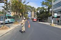 Guarda Municipal auxilia na operação de pintura da demarcação da ciclofaixa