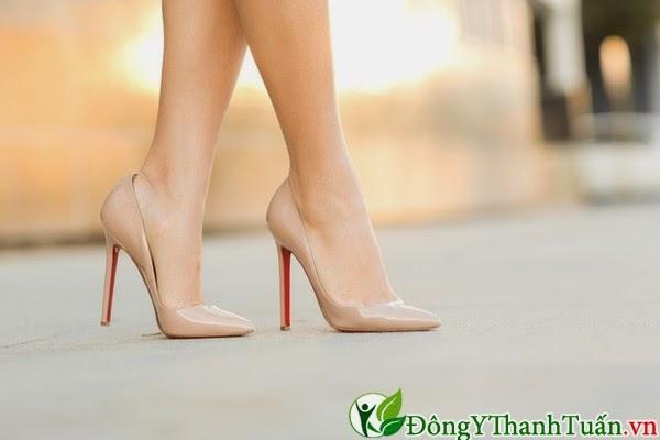 Cách làm giảm đau lưng - Hạn chế mang giày cao gót