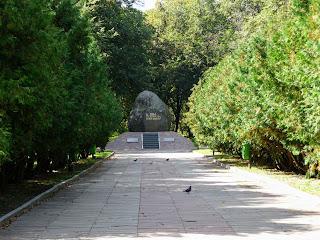 Житомир. Сквер на Замковой горе. Памятный знак в честь основания города в 884 году.