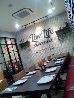susunan meja kursi di pizza hut palangkaraya