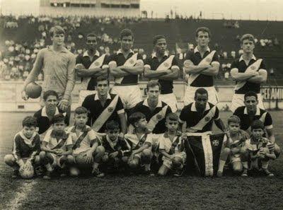 Vasco 1966 – Primeira partida que Valdir o Chiquinho vestiu a camisa  cruzmaltina. Em pé  Valdir a09cc8f3e19d4